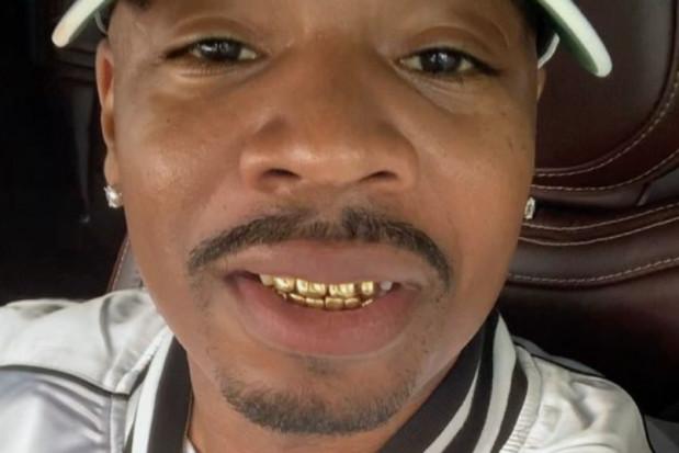 Celebryta uroczyście pogrzebał złote zęby