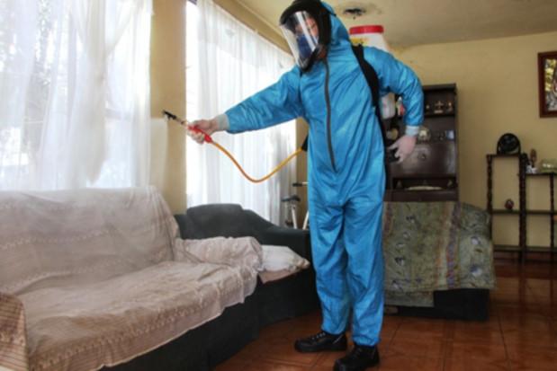 Dentysta dezynfekuje domy pacjentów chorych na COVID-19