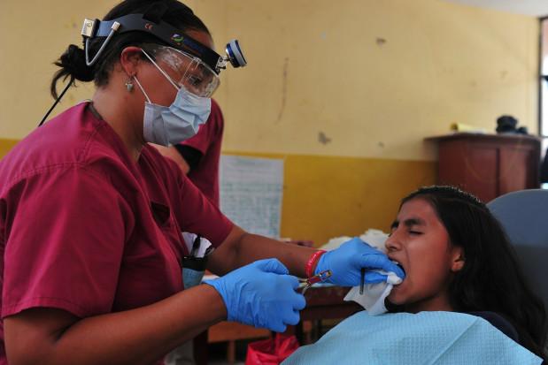 Powikłanie ekstrakcji ósemek - infekcja głębokich tkanek twarzy