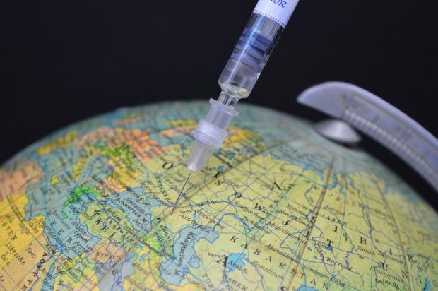 Tylko 1/3 krajów zezwala dentystom na wykonywanie szczepień przeciwko COVID-19