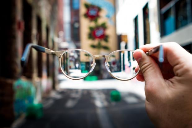 SARS-CoV-2: z okularami trzykrotnie mniejsze ryzyko zakażenia przez oczy