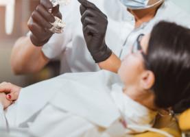 Dentysta leczył wiedząc, że jest zakażonym koronawirusem