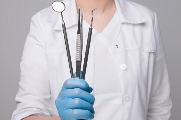 Ilu lekarzy dentystów na Liście Stu 2020