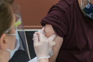 Naukowcy: szczepionki nie powstrzymają pandemii