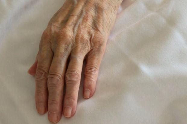 COVID-19: ponowne zakażenia częściej po 65 roku życia