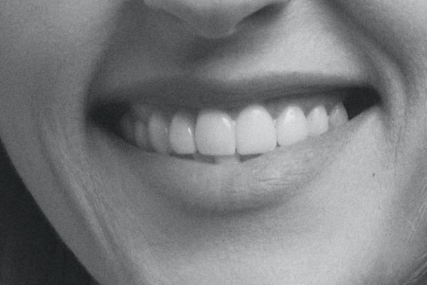 Idealne zęby dentysty budzą zaufanie pacjenta