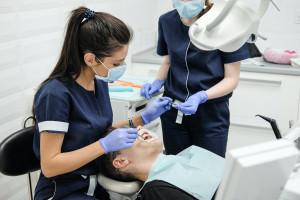 FDI: Jak dentysta może uniknąć problemów z kręgosłupem