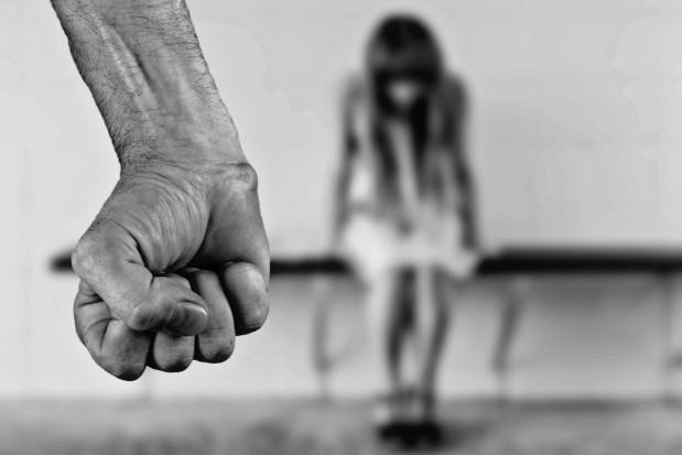 Dysfunkcja stawu skroniowo-żuchwowego u nastolatków powiązana z przemocą fizyczną