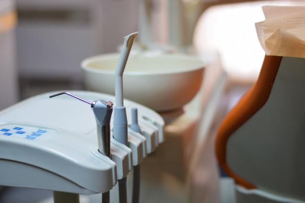 Dlaczego tak niewielu dentystów zakaża się koronawirusem
