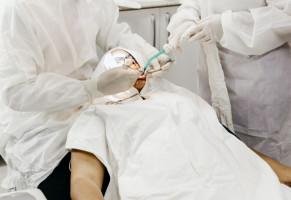 COVID-19: dentysta wiedział, że jest zakażony i leczył pacjentów