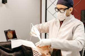 Szkocja: najwyższy odsetek zakażeń COVID-19 wśród dentystów, ale ponowne zachorowania na COVID-19 bardzo rzadkie