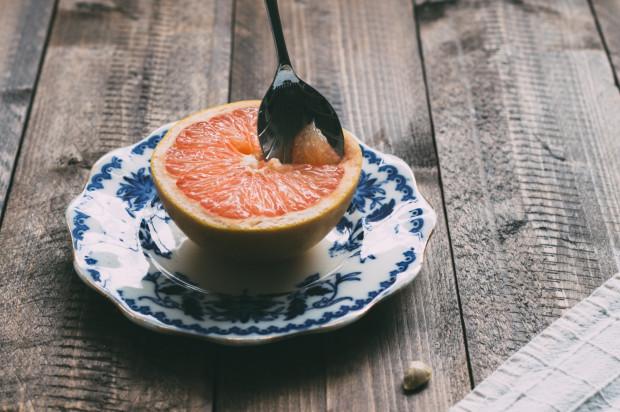 Lek. dent. Bartłomiej Karaś o ciemnej stronie jedzenia owoców