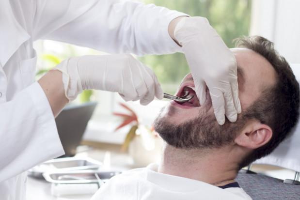 Dentyści nieodpłatnie wykonują ekstrakcje zębów