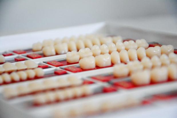 Dentysta, który zakłada licówki w cenie 4 tys. dolarów za ząb