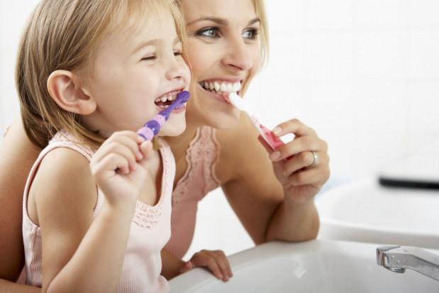 Jak zadbać o zęby dziecka – radzi stomatolog