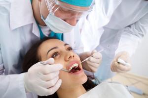 Jak chronić oczy lekarza dentysty przed urazami