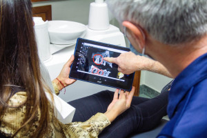 Dentysta wyczyta z pantomogramu trudności przy ekstrakcji zęba
